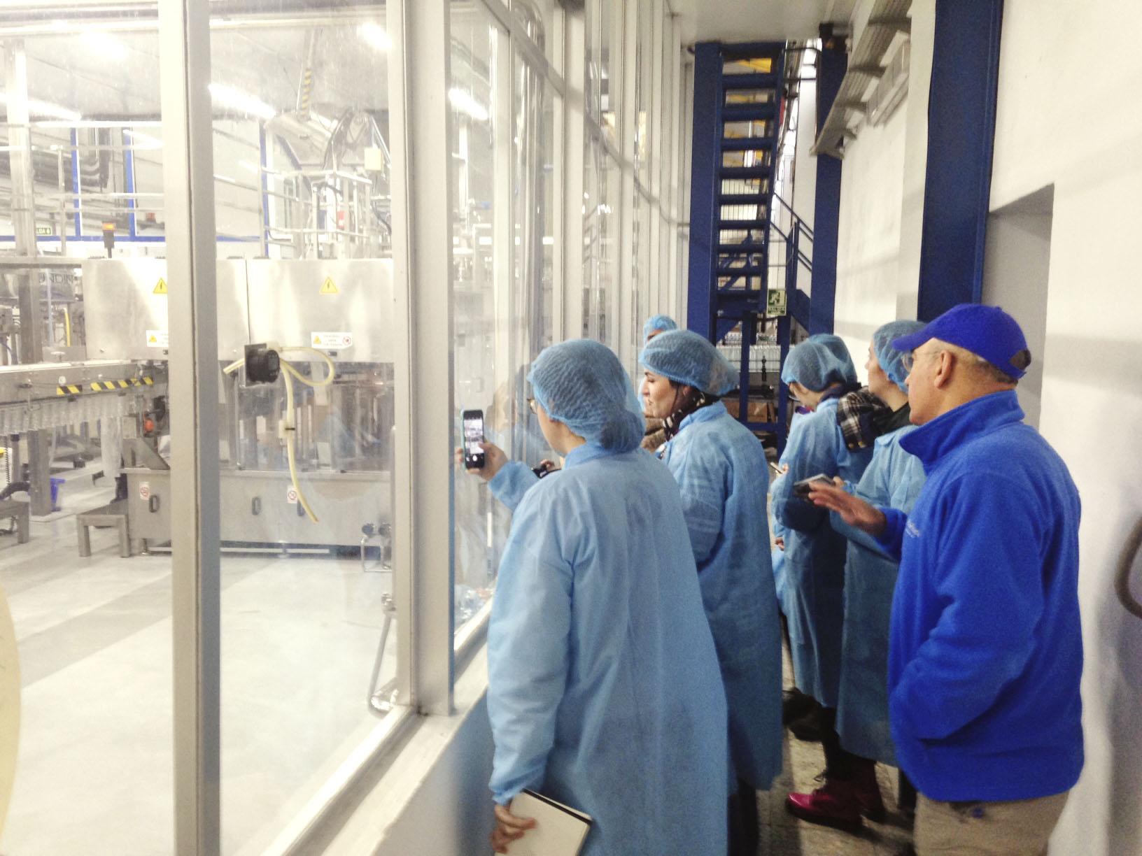 Visita del Máster de Packaging a la planta embotelladora Mineraqua.