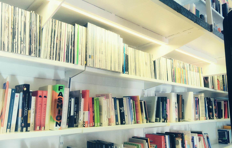 Miguel Díaz Poyatos dona material bibliográfico a la biblioteca de la Esdir