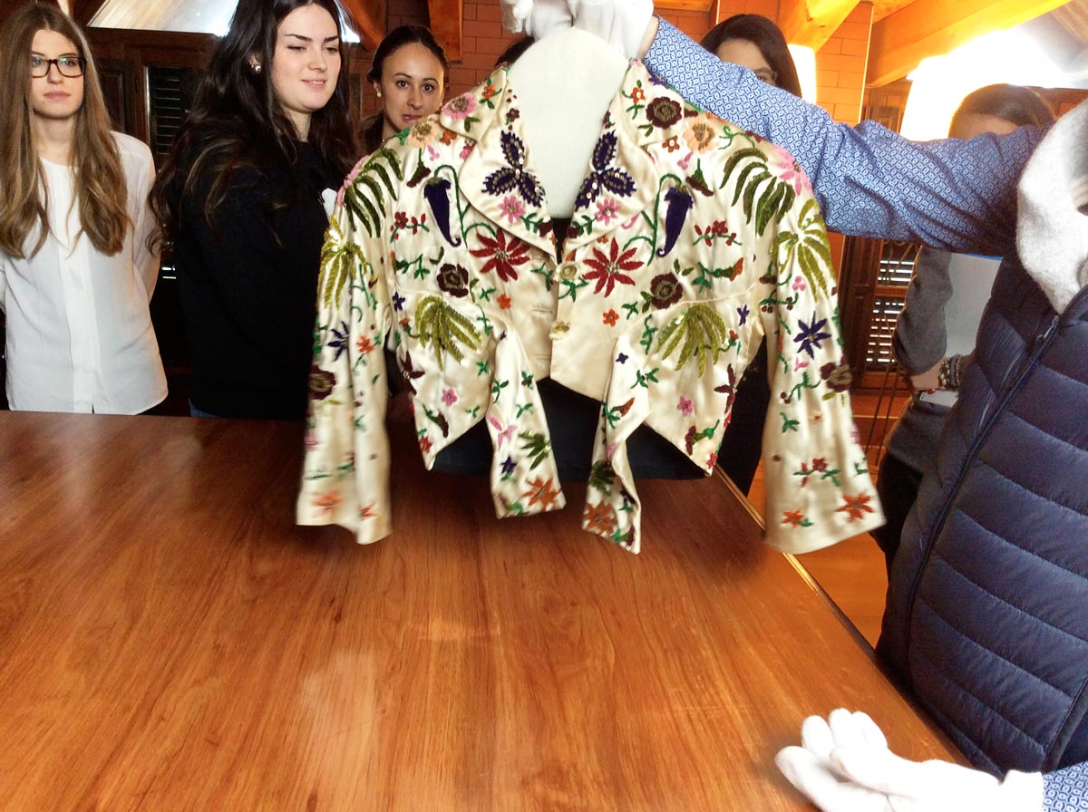 Estudiando las prendas del maestro Cristobal Balenciaga