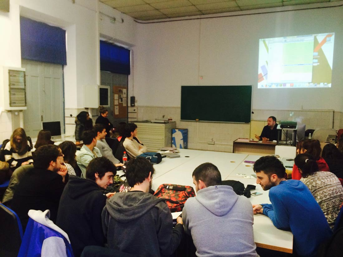 Charla del diseñador Sergio Pérez de Heredia a alumnos de Diseño Gráfico