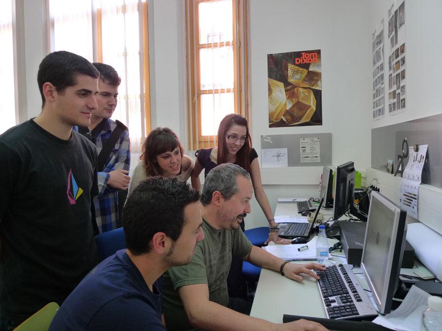 Roberto Nalda visita la clase de Proyectos II